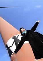 Franny bij de windmolen met haar kunstwerk (foto: Studio Kastermans)